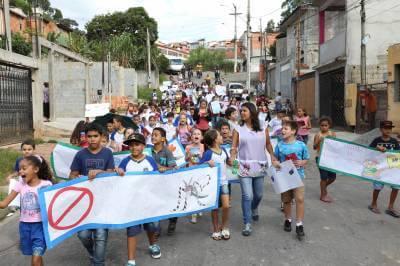 Alunos da Emef Aurora Rodrigues fazem caminhada para conscientização em combate a dengue