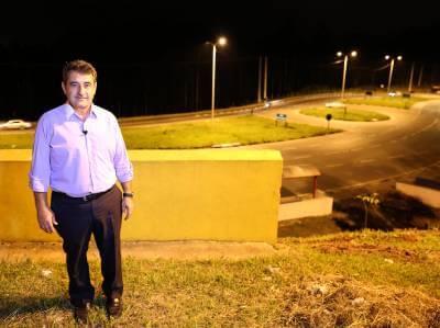 Gersinho Romero acompanha implantação da iluminação na SP-332