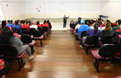 Profissionais do setor de transporte da Secretaria de Educação de Caieiras participam de palestra