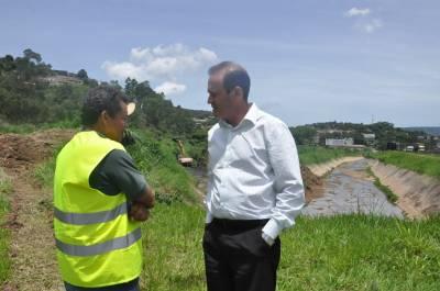 Dr. Marcio, vistoria serviços de desassoreamento em córrego da Vila Popular