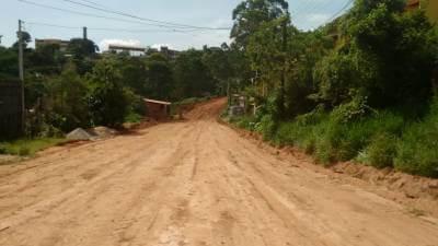 Prefeitura realiza serviços de terraplenagem no Jardim Arpoador