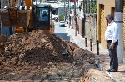 Prefeitura realiza serviços de adequação do solo na área central da cidade