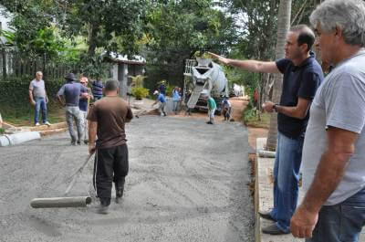 Prefeitura e comunidade executam obras de concretagem na Vila Renascença em Mairiporã