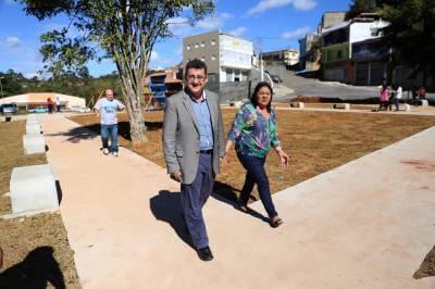 Prefeito Gersinho Romero, vice-prefeito Sopó e a vereadora Zefinha, vistoriam Praça de Esportes da Vila dos Pinheiros