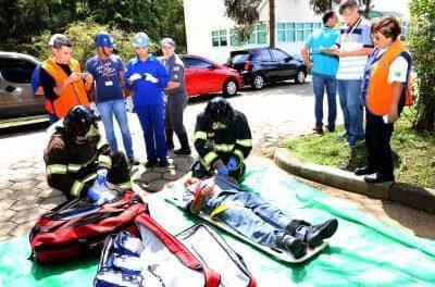 Membros da Secretaria da Saúde, da Defesa Civil e do Departamento de Trânsito de Caieiras participam de treinamento com o Corpo de Bombeiros