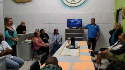 Marcelo Cecchettini vistoria e participa de reunião no departamento de merenda escolar