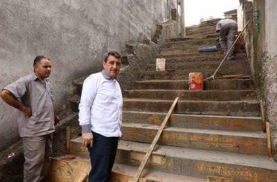 Gersinho Romero vistoria obras em escadão no Sítio Aparecida