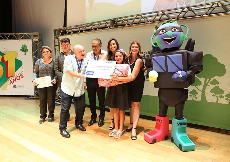 """Gersinho premia vencedores do concurso """"Mascote da Coleta Seletiva"""""""