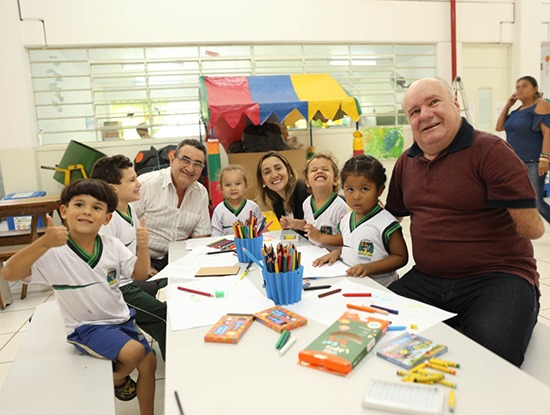 Mais de 10 mil alunos de Caieiras recebem os uniformes escolares