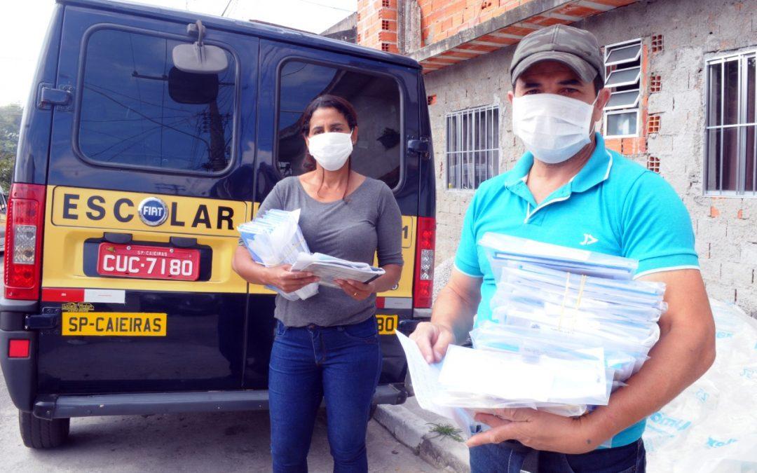 Secretaria de Educação de Caieiras entrega material em casa para que alunos mantenham a rotina escolar durante a quarentena